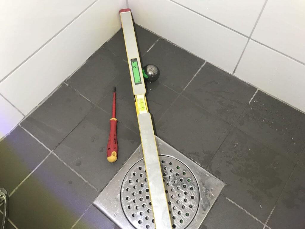 Fel i golvlutning efter badrumsrenovering